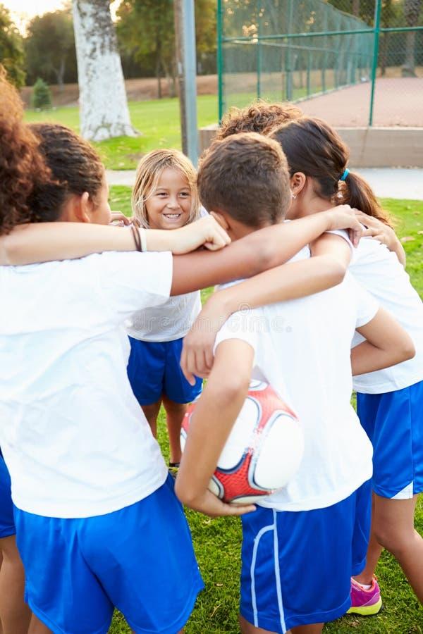 Ομάδα ποδοσφαίρου νεολαίας που εκπαιδεύει από κοινού στοκ εικόνες