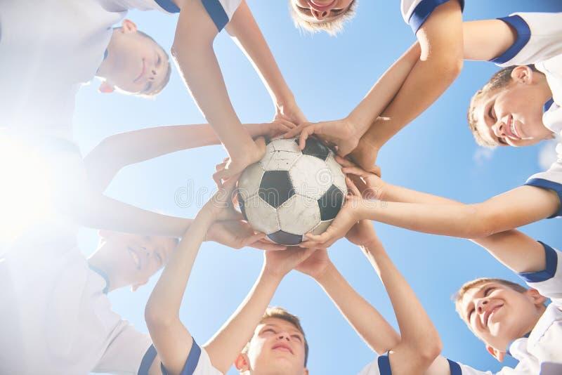 Ομάδα ποδοσφαίρου που ενώνεται κατώτερη στοκ φωτογραφία με δικαίωμα ελεύθερης χρήσης