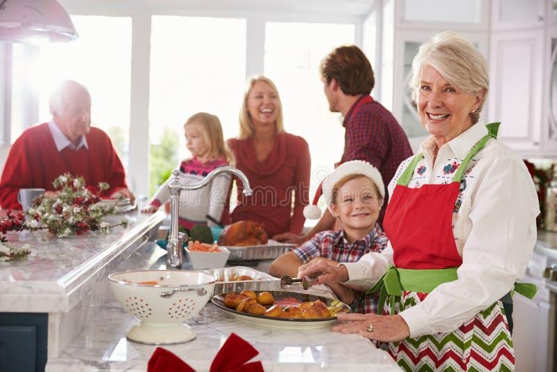 Ομάδα πολυμελούς οικογένειας που προετοιμάζει το γεύμα Χριστουγέννων στην κουζίνα στοκ εικόνα με δικαίωμα ελεύθερης χρήσης