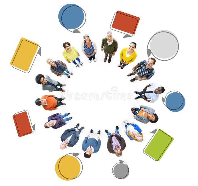 Ομάδα πολυ-εθνικών ανθρώπων που ανατρέχουν απεικόνιση αποθεμάτων