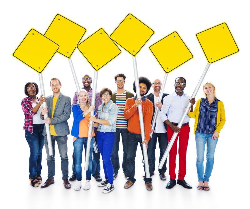 Ομάδα πολυ-εθνικών ανθρώπων που εκφράζουν τη στάση θετικής σκέψης στοκ εικόνες