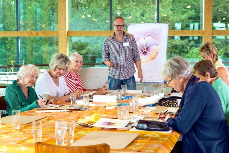 Ομάδα πρεσβυτέρων στη ζωγραφική της κατηγορίας στοκ φωτογραφία με δικαίωμα ελεύθερης χρήσης