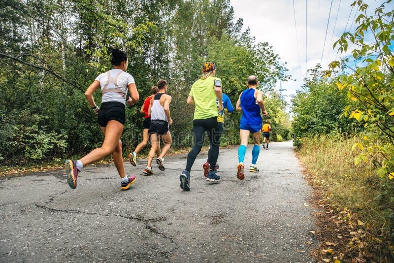 Ομάδα δρομέων αθλητών που τρέχουν το μαραθώνιο στοκ φωτογραφία