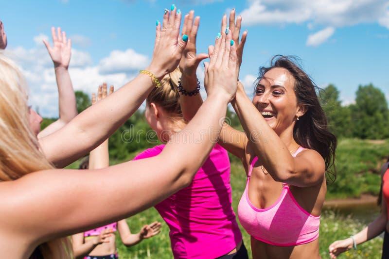 Ομάδα δρομέων γυναικών που γιορτάζουν την επιτυχία και που δίνουν πέντε στοκ εικόνες