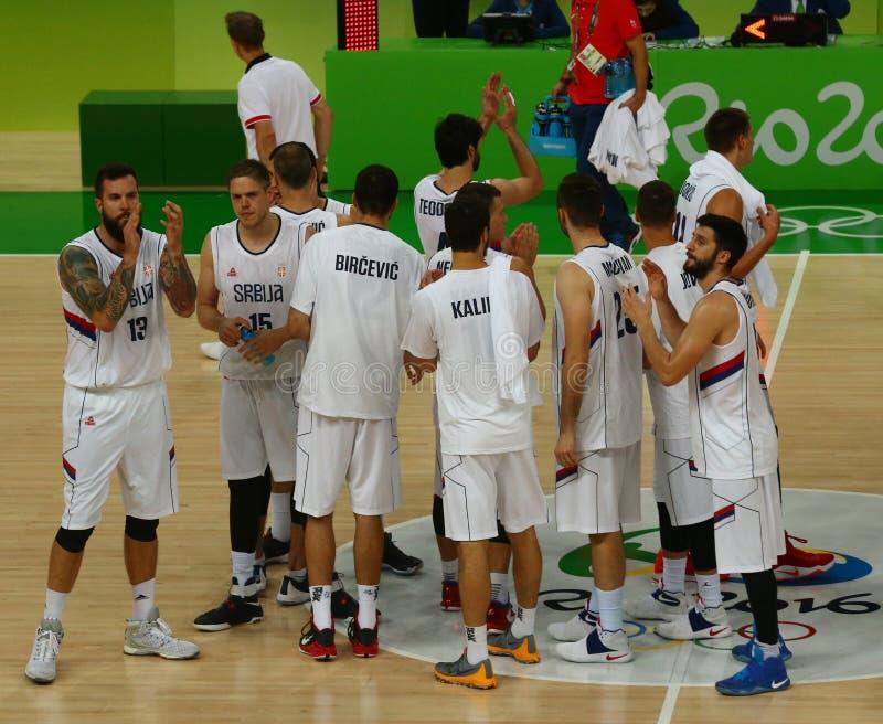 Ομάδα Σερβία στη δράση κατά τη διάρκεια της αντιστοιχίας καλαθοσφαίρισης ομάδας Α του Ρίο 2016 Ολυμπιακοί Αγώνες ενάντια στην ομά στοκ εικόνα με δικαίωμα ελεύθερης χρήσης