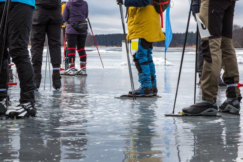 Ομάδα σκέιτερ πάγου στον υγρό λειώνοντας πάγο στην παγωμένη λίμνη που παίρνει ένα σπάσιμο Πρόσφατη χειμερινή ημέρα στη Σουηδία στοκ εικόνες με δικαίωμα ελεύθερης χρήσης