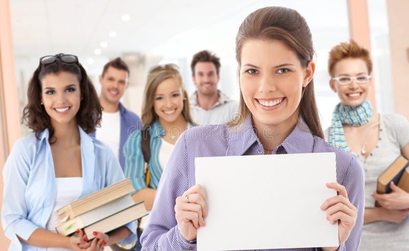 Ομάδα σπουδαστών με το κενό φύλλο για το copyspace στοκ φωτογραφία με δικαίωμα ελεύθερης χρήσης
