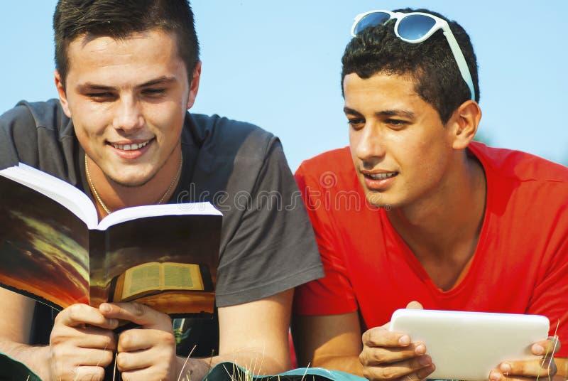 Ομάδα σπουδαστών που μαθαίνουν υπαίθρια στοκ φωτογραφία με δικαίωμα ελεύθερης χρήσης