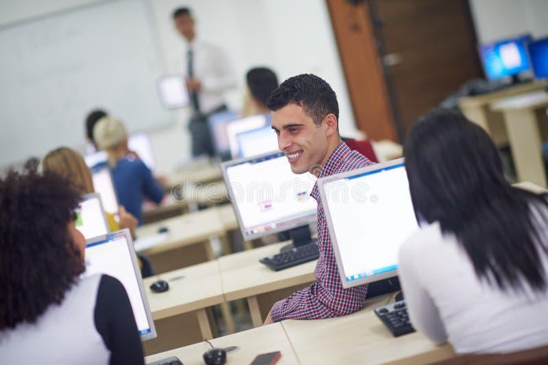 Ομάδα σπουδαστών στην τάξη εργαστηρίων υπολογιστών στοκ φωτογραφία