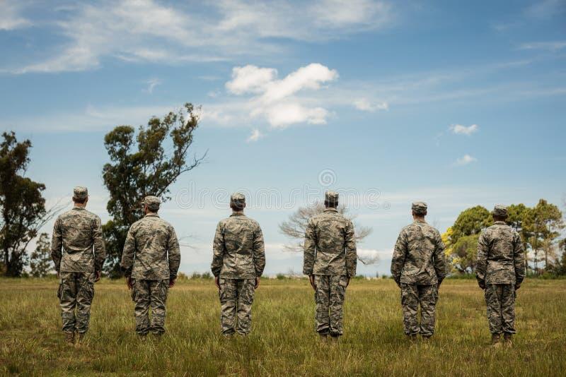 Ομάδα στρατιωτικών στρατιωτών που στέκονται στη γραμμή στοκ φωτογραφία με δικαίωμα ελεύθερης χρήσης