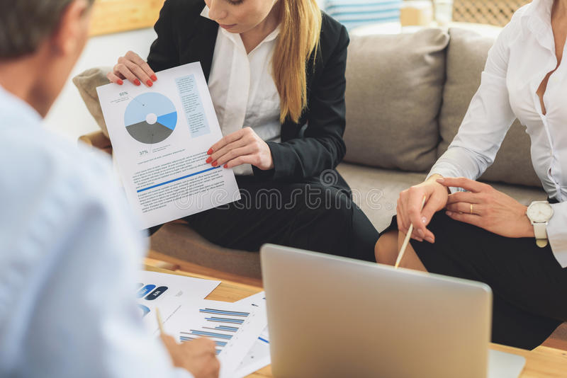 Ομάδα συναδέλφων που διοργανώνουν τη συζήτηση κατά τη διάρκεια της συνεδρίασης στοκ εικόνα