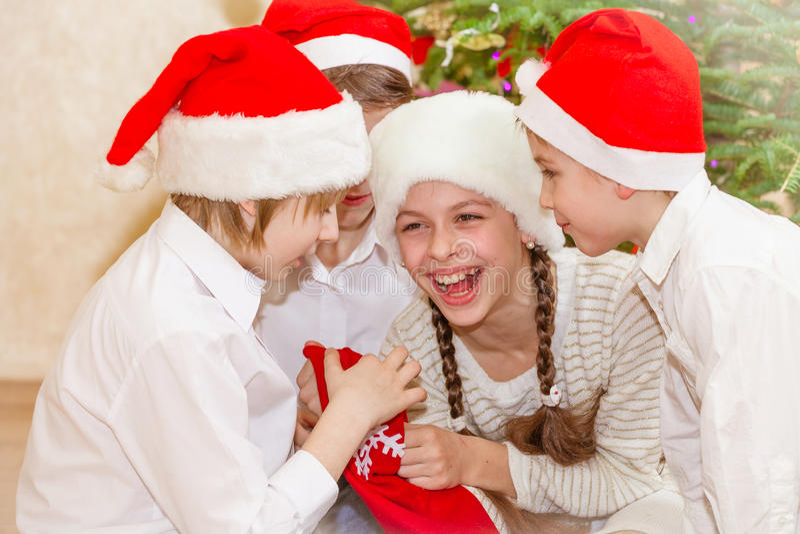 Ομάδα τεσσάρων παιδιών στο καπέλο Χριστουγέννων στοκ φωτογραφίες