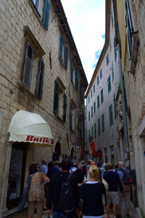 Ομάδα τουριστών σχετικά με τη στενή παλαιά οδό στοκ φωτογραφία με δικαίωμα ελεύθερης χρήσης