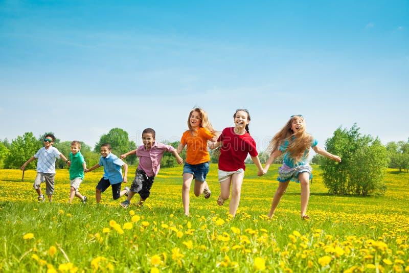 Ομάδα τρεξίματος των παιδιών στοκ εικόνα