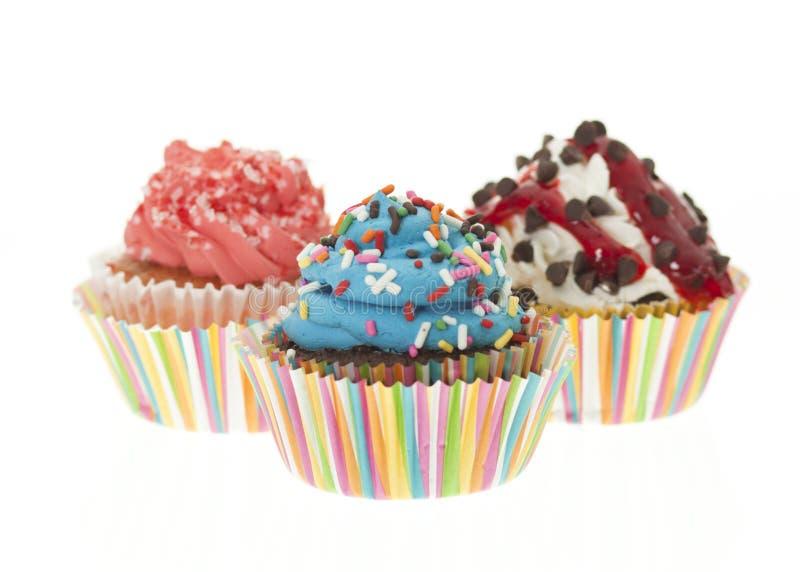 Ομάδα τριών ζωηρόχρωμο Cupcakes που απομονώνεται στοκ εικόνα με δικαίωμα ελεύθερης χρήσης