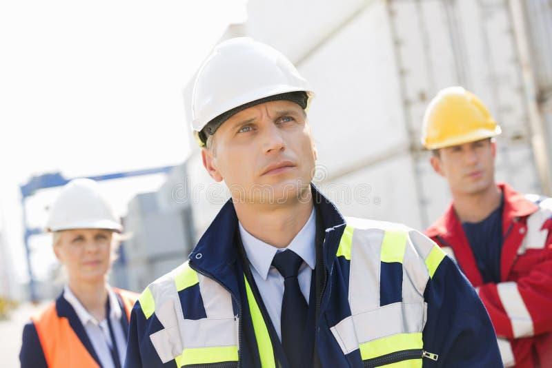 Ομάδα των βέβαιων εργαζομένων στη ναυτιλία του ναυπηγείου στοκ εικόνες