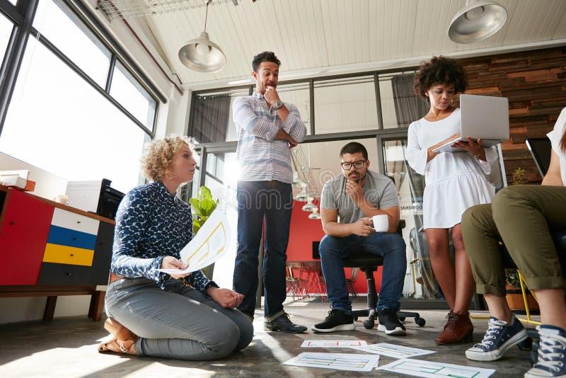 Ομάδα των δημιουργικών ανθρώπων που διοργανώνουν μια συνεδρίαση στοκ εικόνα με δικαίωμα ελεύθερης χρήσης