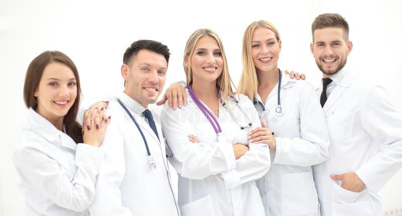 Ομάδα των ιατρικών επαγγελματιών που εξετάζουν τη κάμερα, χαμόγελο στοκ εικόνα
