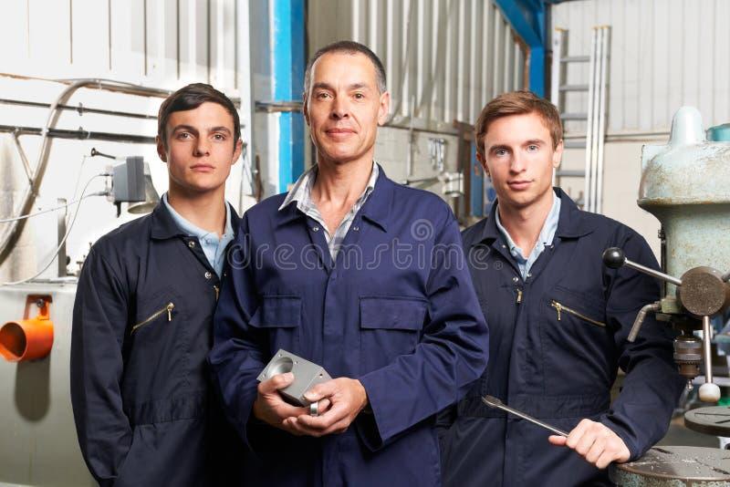 Ομάδα των μηχανικών στο εργοστάσιο στοκ φωτογραφία