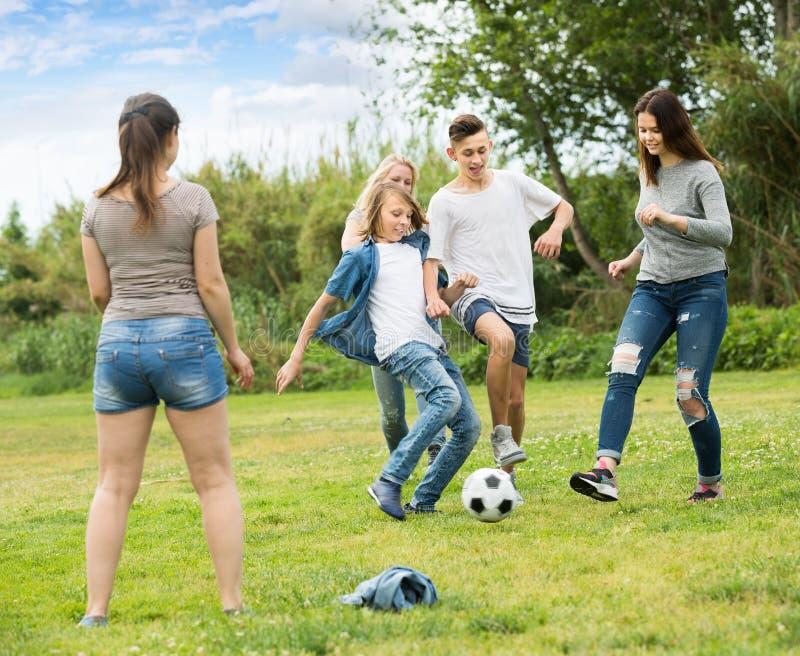 Ομάδα των ξένοιαστων εφήβων που έχουν τη διασκέδαση στο πάρκο στοκ εικόνα με δικαίωμα ελεύθερης χρήσης