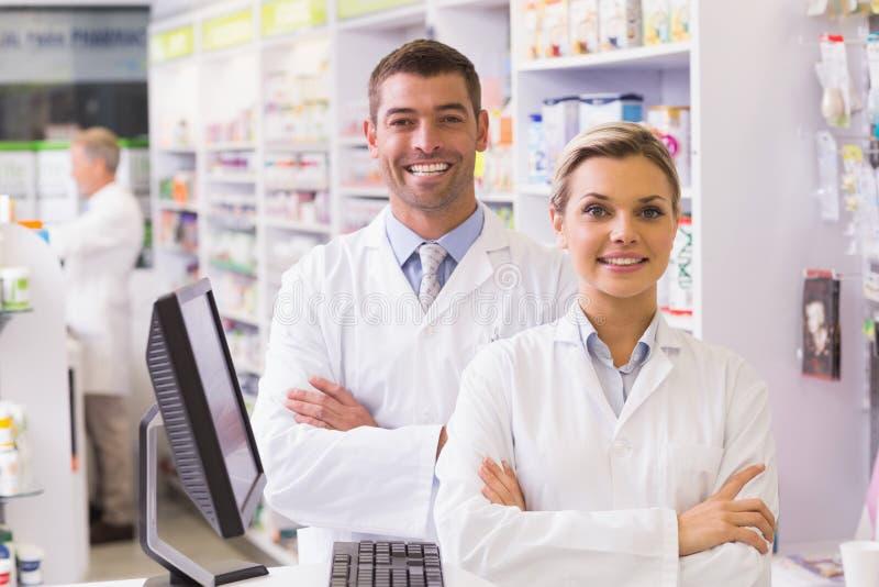 Ομάδα των φαρμακοποιών που χαμογελούν στη κάμερα στοκ εικόνες