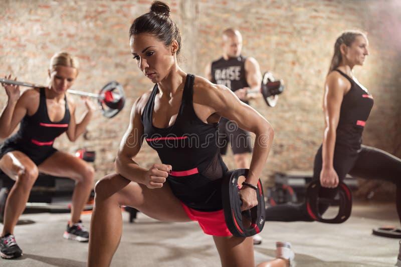 Ομάδα φίλαθλων ανθρώπων που κάνουν workout στοκ φωτογραφίες