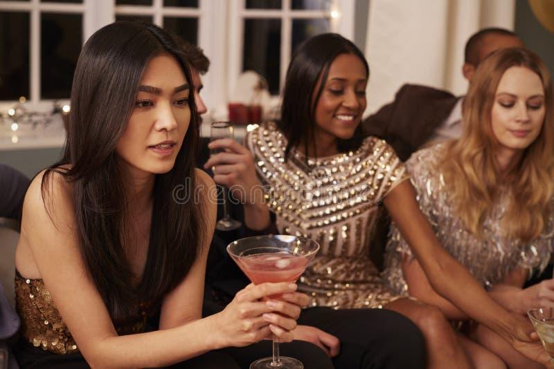 Ομάδα φίλων με τα ποτά που απολαμβάνουν το κόμμα κοκτέιλ στοκ εικόνα με δικαίωμα ελεύθερης χρήσης