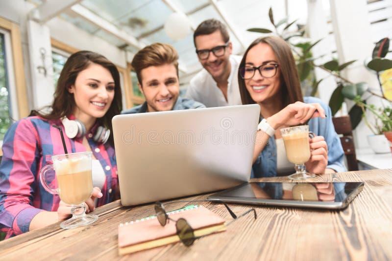 Ομάδα φίλων που απολαμβάνουν μια στιγμή διασκέδασης στοκ φωτογραφίες με δικαίωμα ελεύθερης χρήσης