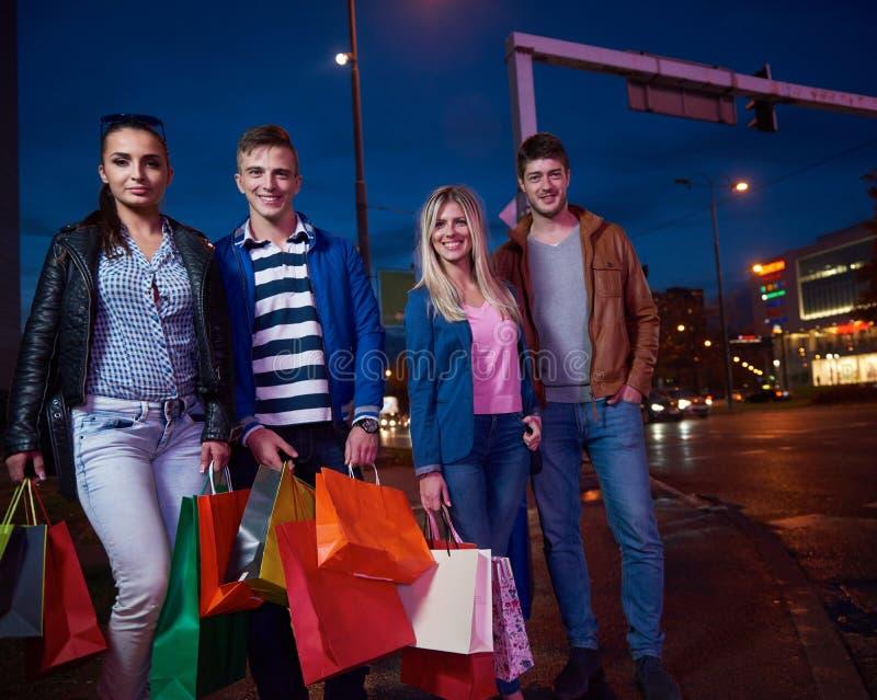 Ομάδα φίλων που απολαμβάνουν τις αγορές στοκ φωτογραφία