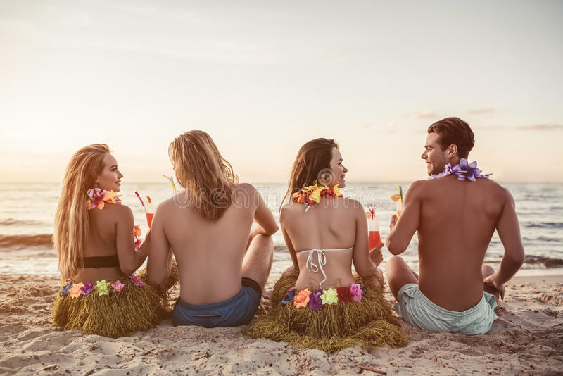 Ομάδα φίλων στην παραλία στοκ εικόνες