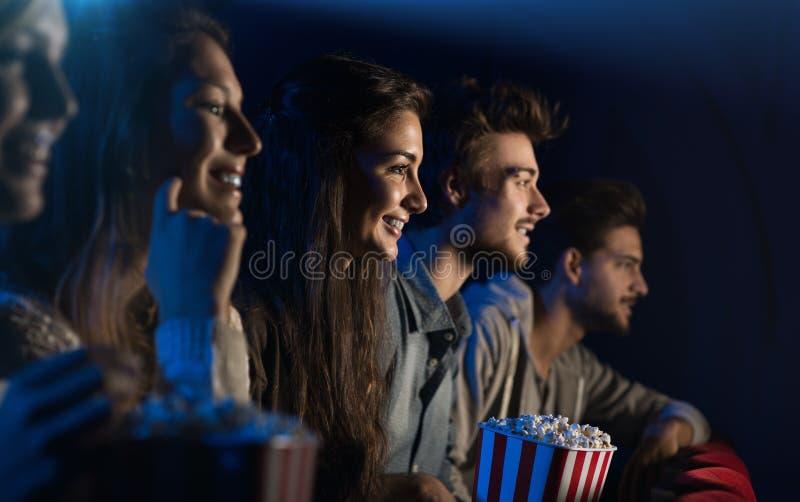 Ομάδα φίλων στη κινηματογραφική αίθουσα στοκ εικόνες με δικαίωμα ελεύθερης χρήσης
