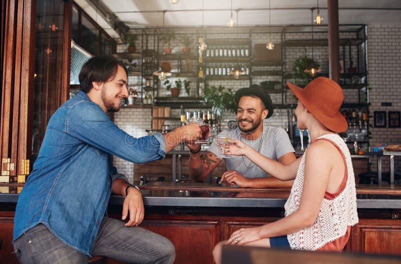 Ομάδα φίλων στον καφέ που έχει μια φρυγανιά στοκ εικόνες