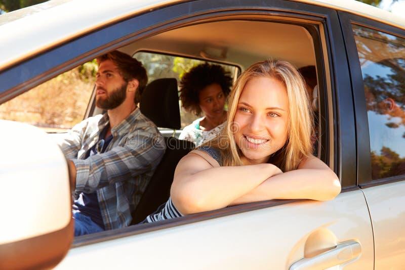 Ομάδα φίλων στο αυτοκίνητο στο οδικό ταξίδι από κοινού στοκ φωτογραφία με δικαίωμα ελεύθερης χρήσης