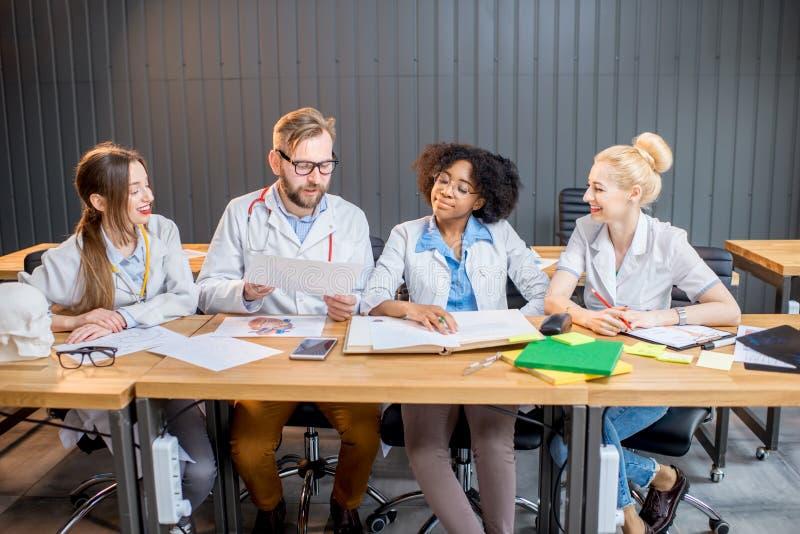 Ομάδα φοιτητών Ιατρικής στην τάξη στοκ φωτογραφία