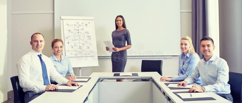 Ομάδα χαμογελώντας businesspeople συνεδρίασης στην αρχή στοκ φωτογραφία