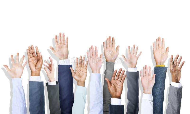 Ομάδα χεριών των διαφορετικών ανθρώπων που ανατρέφεται επιχειρησιακών στοκ εικόνα