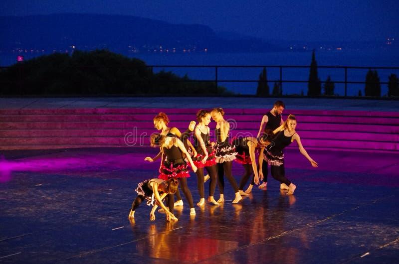 Ομάδα χορευτών στο στάδιο του θεάτρου Vittoriale ` s στοκ εικόνα