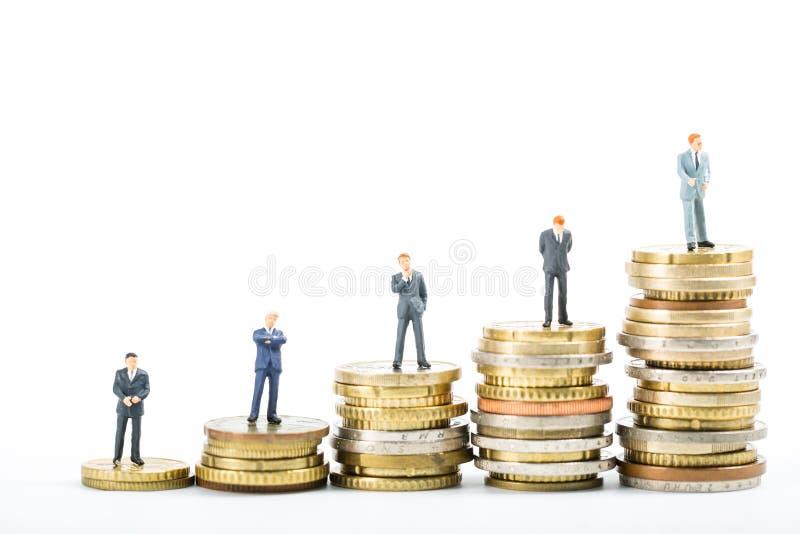 Ομάδα χρηματοδότησης, σωρός της πρότυπης στάσης επιχειρηματιών χρημάτων στοκ φωτογραφία