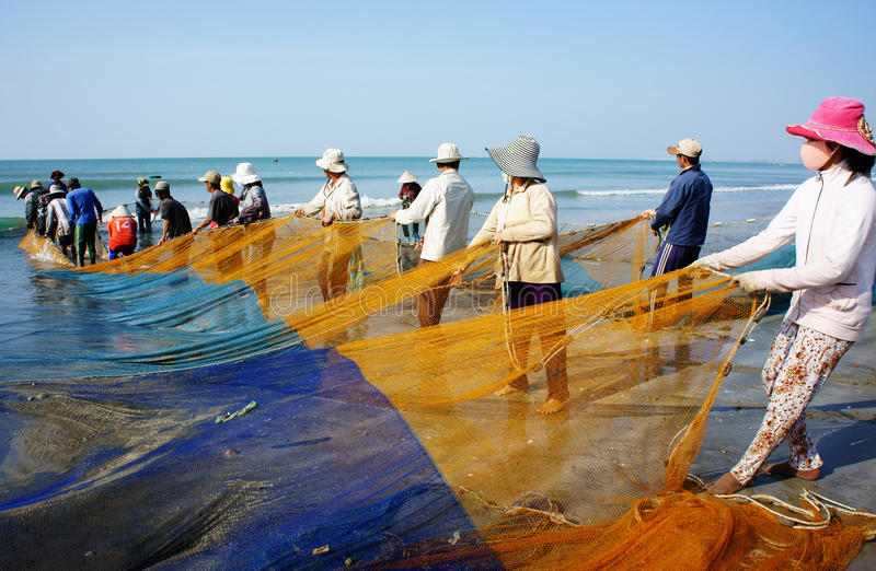 Ομάδα ψαριών τραβήγματος ψαράδων καθαρών στοκ εικόνα