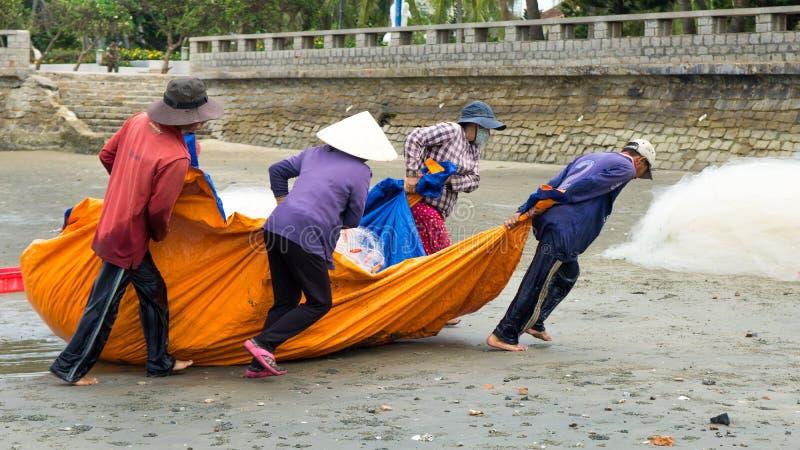Ομάδα ψαριών τραβήγματος ψαράδων καθαρών στοκ φωτογραφία με δικαίωμα ελεύθερης χρήσης