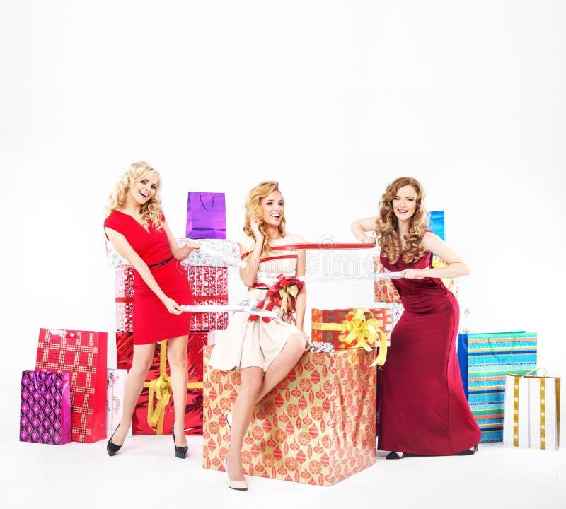 Ομάδα όμορφων κυριών με τα δώρα Χριστουγέννων στοκ εικόνα με δικαίωμα ελεύθερης χρήσης