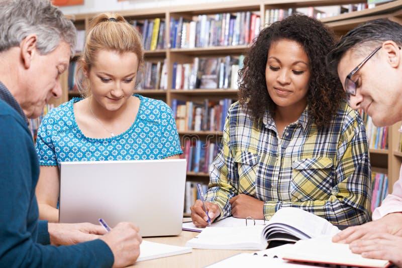 Ομάδα ώριμων σπουδαστών που μελετούν στη βιβλιοθήκη στοκ φωτογραφία με δικαίωμα ελεύθερης χρήσης