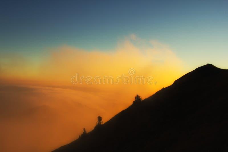 Ομίχλη και βουνό στοκ εικόνες με δικαίωμα ελεύθερης χρήσης