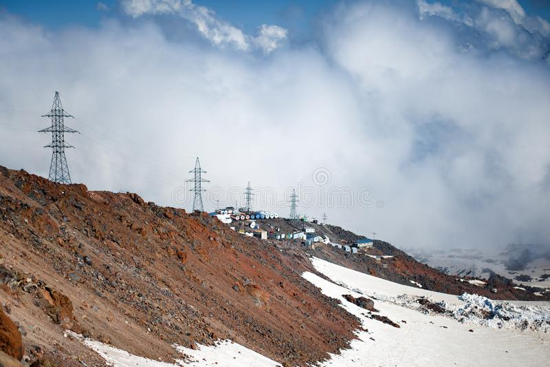 Ομίχλη και κίνηση σύννεφων κατά μήκος της κλίσης του υποστηρίγματος Elbrus στοκ εικόνες με δικαίωμα ελεύθερης χρήσης
