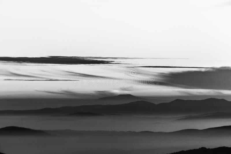 Ομίχλη που γεμίζει μια κοιλάδα στην Ουμβρία Ιταλία, με τα στρώματα των βουνών και των λόφων στοκ φωτογραφίες