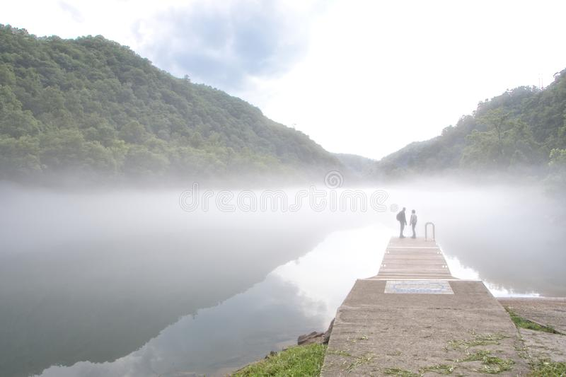 Ομίχλη που καλύπτει τη λίμνη Fontana, βόρεια Καρολίνα στοκ εικόνες με δικαίωμα ελεύθερης χρήσης