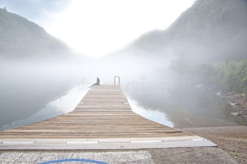 Ομίχλη που καλύπτει τη λίμνη Fontana, βόρεια Καρολίνα στοκ φωτογραφία