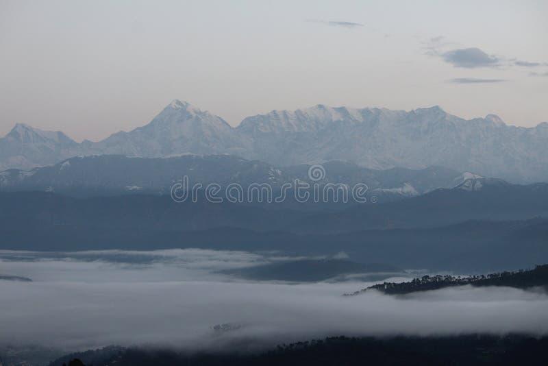 Ομίχλη που καλύπτει το βουνό στοκ εικόνες
