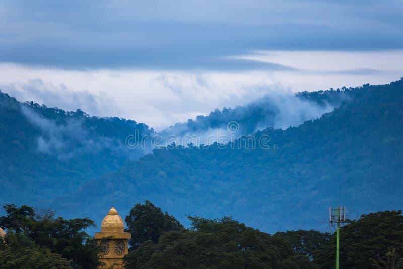 Ομίχλη στα βουνά στο χρόνο πρωινού ανατολής στοκ φωτογραφία με δικαίωμα ελεύθερης χρήσης