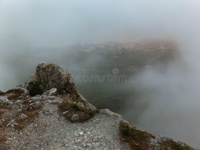 Ομίχλη στην άκρη της γης Άποψη από το υψηλό βουνό στη νότια παράλια της Κριμαίας, που κρύβεται από την παχιά ομίχλη στοκ εικόνα